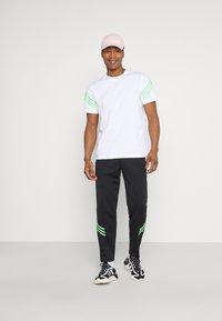adidas Originals - TEE UNISEX - Print T-shirt - white - 1