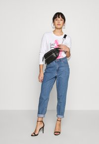 Missguided Petite - RIOT HIGHWAIST PLAIN MOM JEAN - Jeans Skinny Fit - blue - 1