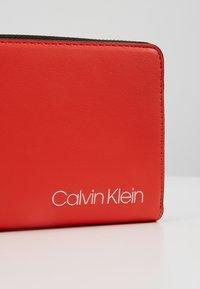 Calvin Klein - STRIDE ZIPAROUND - Portefeuille - orange - 2