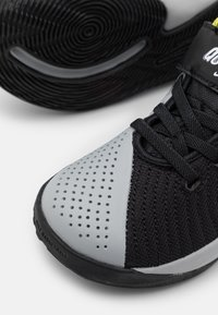 Nike Performance - TEAM HUSTLE QUICK 2 - Basketball shoes - black/white/light smoke grey/high voltage - 5