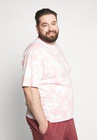 Common Kollectiv - RAGON TIE DYE - T-shirt z nadrukiem - pink - 3
