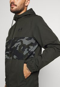 Under Armour - SPORTSTYLE WIND CAMO - Træningsjakker - baroque green/black