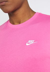 Nike Sportswear - CLUB TEE - T-shirt - bas - pinksicle/white - 5