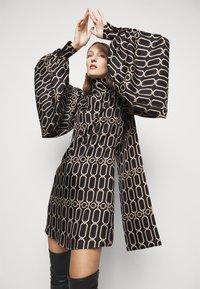 Victoria Beckham - BISHOP SLEEVE DETAIL MINI - Koktejlové šaty/ šaty na párty - dark navy/gold - 4