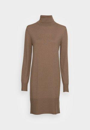 HEAVY DRESS LONGSLEEVE TURTLE NECK - Pletené šaty - nutshell brown