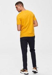 Selected Homme - SHDTHEPERFECT - T-paita - mottled dark yellow - 2