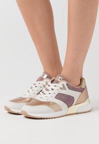 Guess - MOTIV - Joggesko - blush - 0