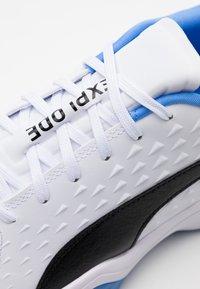 Puma - EXPLODE 2 - Håndboldsko - white/black/blue glimmer - 5
