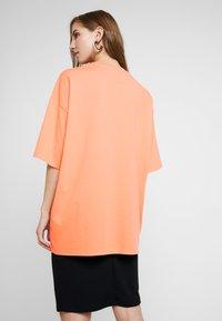 Monki - CISSI TEE  - T-shirts - orange - 2