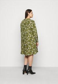 New Look Curves - AMELIE FLORAL SMOCK - Denní šaty - green - 2