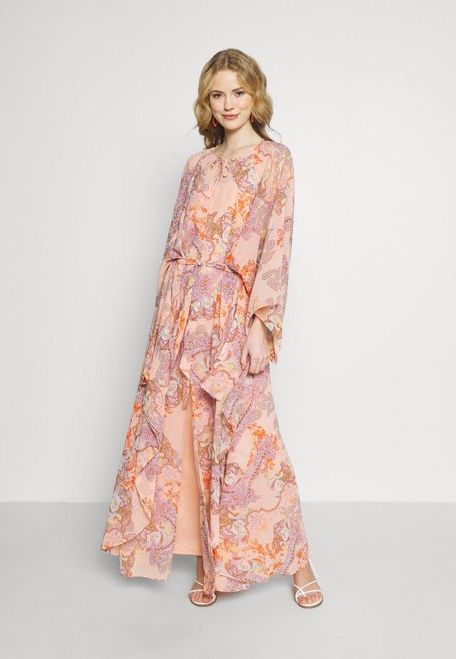 LUMY - Robe longue - coral blush