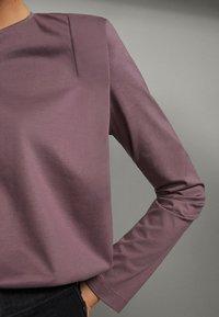 Massimo Dutti - SHIRT AUS REINER BAUMWOLLE MIT ZIERFALTEN - Long sleeved top - dark purple - 2