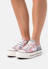 Converse - CHUCK TAYLOR ALL STAR PLATFORM - Zapatillas - egret/terracotta pink/black - 0
