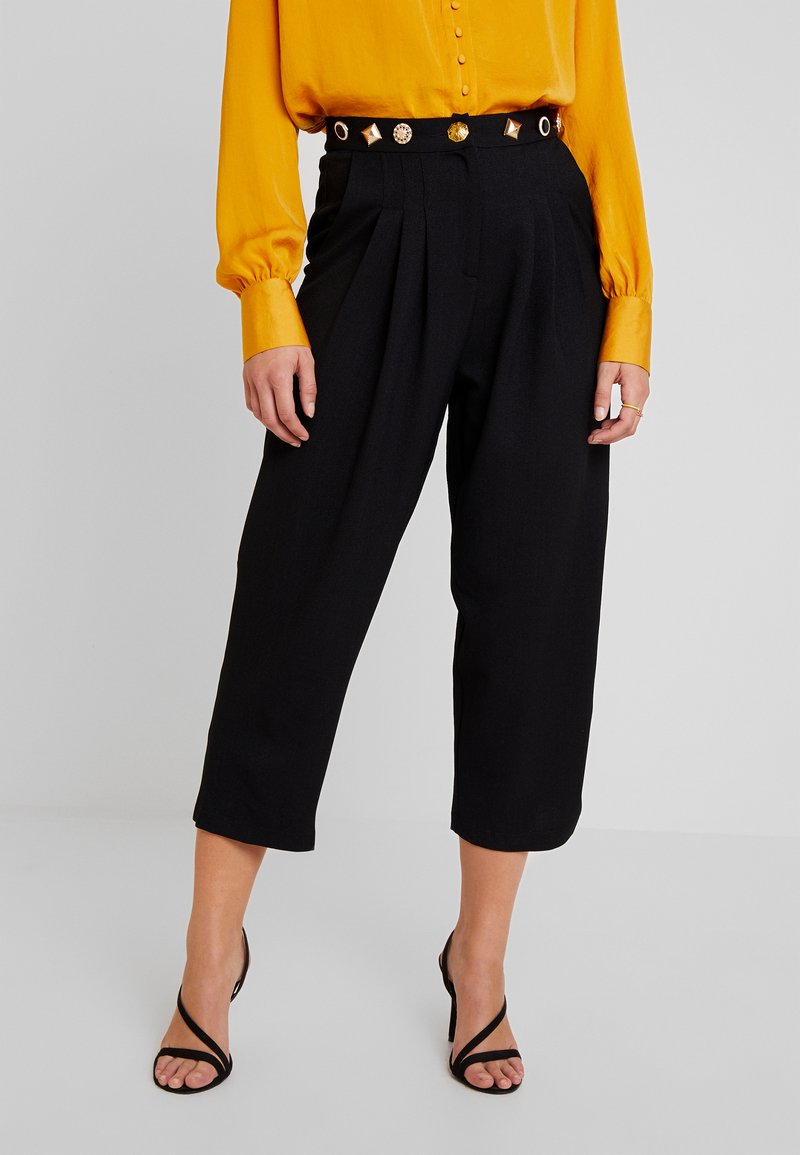 Sister Jane - BACK TRACK PLEAT TROUSERS - Pantaloni - black