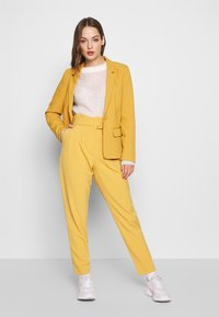 ONLY - ONLSICA PAPERBAG PANTS - Kalhoty - spruce yellow - 1