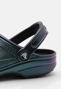 Crocs - CLASSIC PRISMATIC UNISEX - Mules - black - 5