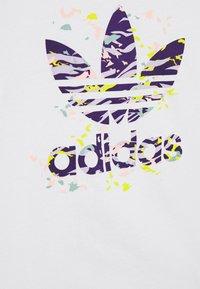adidas Originals - TREFOIL TEE - Triko spotiskem - white/multicolor - 2