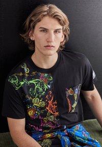 Versace Jeans Couture - REGALIA BAROQUE - Printtipaita - nero - 3
