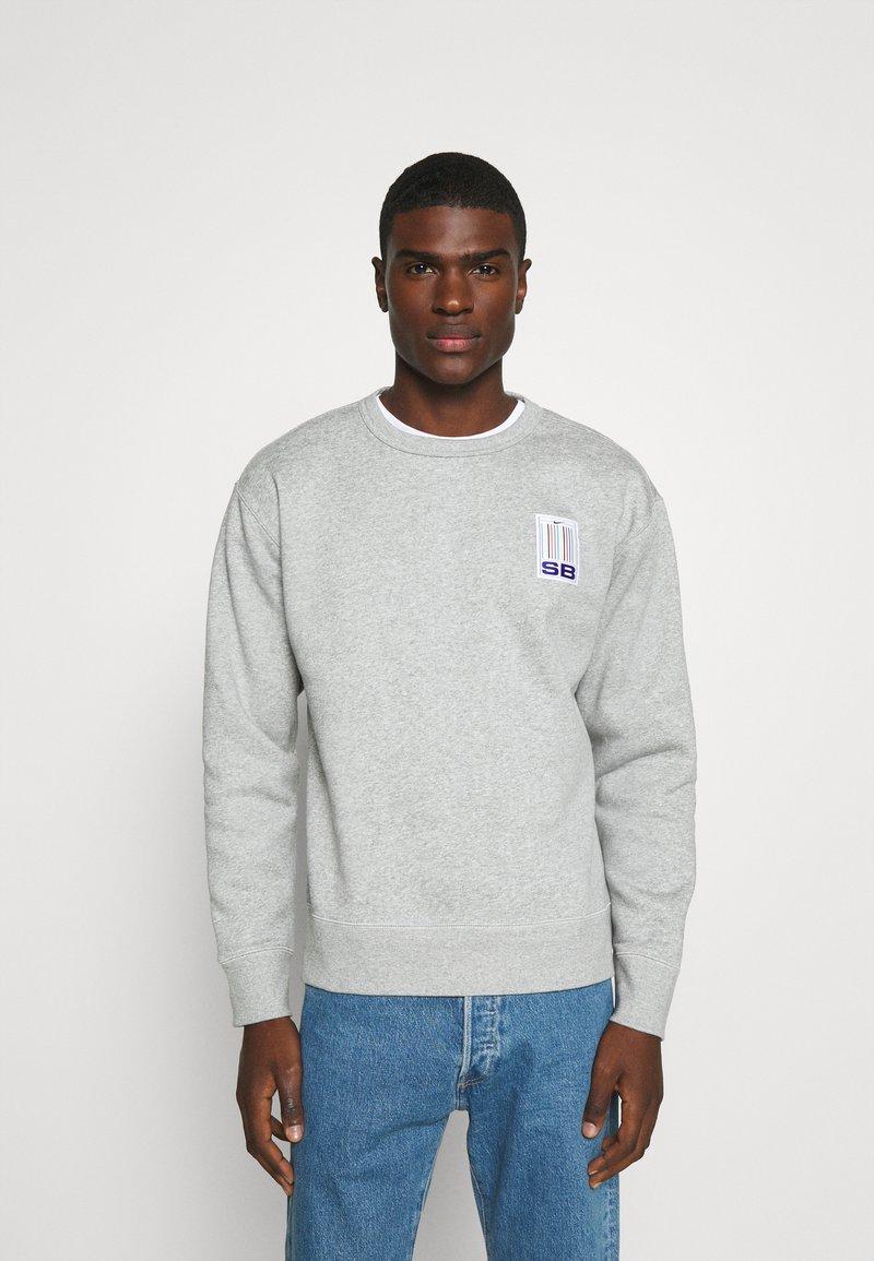 Nike SB - STRIPES CREW UNISEX - Sweatshirt - grey heather/white