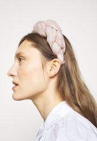 Red V - HAIR BAND - Příslušenství kvlasovému stylingu - nude - 1