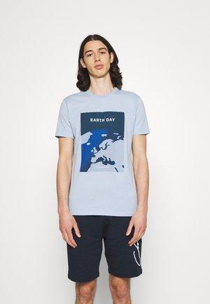 ALDER EARTHDAY TEE - T-shirt con stampa - blue fog