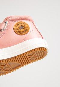 Converse - CHUCK TAYLOR ALL STAR - Lära-gå-skor - rust pink/burnt caramel - 2