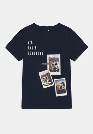 NKMFAUST - Print T-shirt - dark sapphire