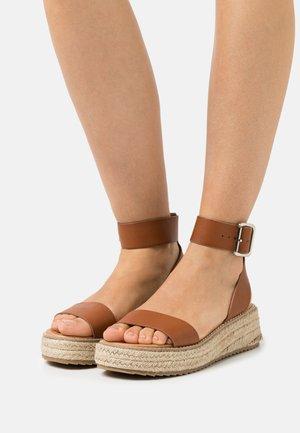 FABY - Sandalen met plateauzool - brown