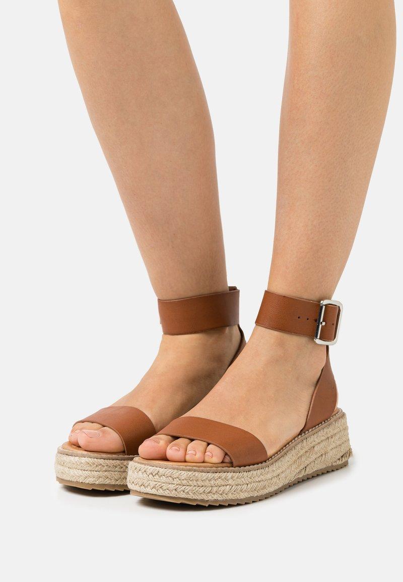 Emmshu - FABY - Korkeakorkoiset sandaalit - brown