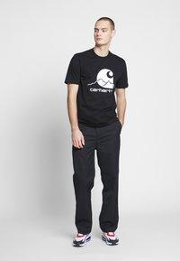 Carhartt WIP - OUTDOOR  - Print T-shirt - black/white - 1