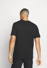 Nike Performance - DRY TEE BLOCK - T-shirt con stampa - black/smoke grey - 2