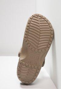 Crocs - CLASSIC REALTREE - Zuecos - khaki - 4