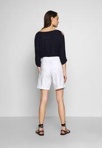 Benetton - BERMUDA - Shorts - white - 2