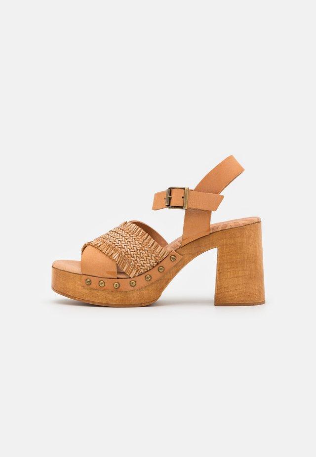 COYOTE - Sandalen met plateauzool - tan