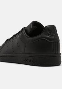 adidas Originals - SUSTAINABLE STAN SMITH UNISEX - Zapatillas - core black - 6