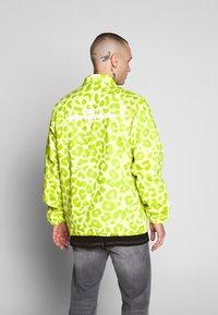 HUF - LEOPARD COACH JACKET - Summer jacket - hot lime - 2