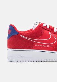 Nike Sportswear - AIR FORCE 1 - Sneakers basse - univers red/white/deep royal blue/sail/team orange/black - 5