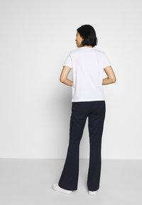 Tommy Hilfiger - REGULAR - T-shirts med print - white - 2