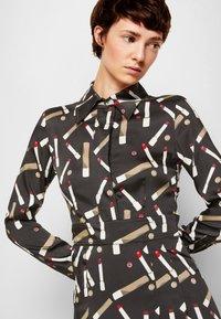 Victoria Victoria Beckham - PLEATED SHIRT DRESS - Shirt dress - black/multi - 5