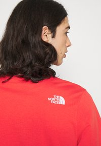 The North Face - STANDARD TEE - T-shirts med print - horizon red - 4
