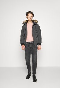 Tommy Jeans - DAD STRAIGHT - Jeans straight leg - barton black - 1