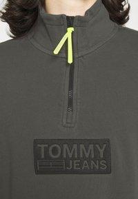 Tommy Jeans - TONAL LOGO ZIP MOCK UNISEX - Felpa - black - 3