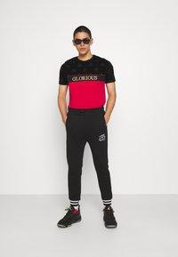 Glorious Gangsta - HERVOS TEE - T-shirt imprimé - red - 1