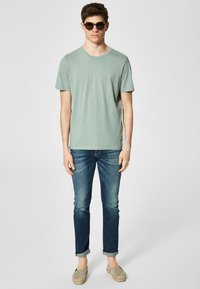 Selected Homme - SLHTHEPERFECT ONECK TEE  - T-shirt basic - green middle - 1