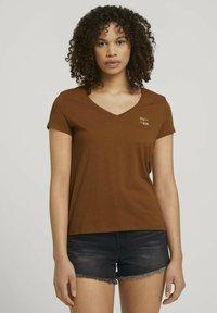 TOM TAILOR DENIM - Print T-shirt - amber brown - 0