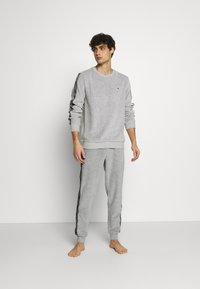 Tommy Hilfiger - TRACK PANT - Pyjamahousut/-shortsit - mid grey heather - 1