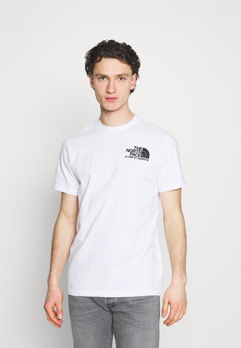 The North Face - COORDINATES TEE - Camiseta estampada - white