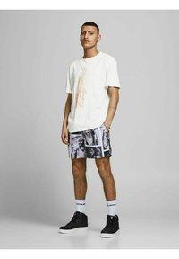 Jack & Jones - RELAXED FIT - Print T-shirt - cloud dancer - 1