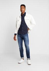 Tommy Jeans - STEVE SLIM TAPERED - Slim fit jeans - nassau dark blue - 1
