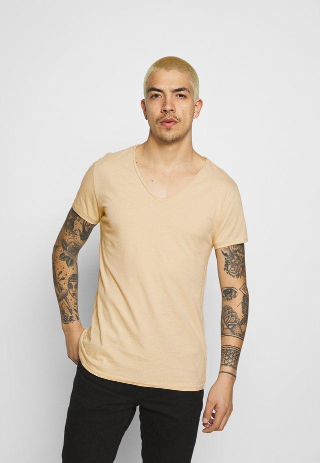 MALIK - T-shirt basique - desert sand